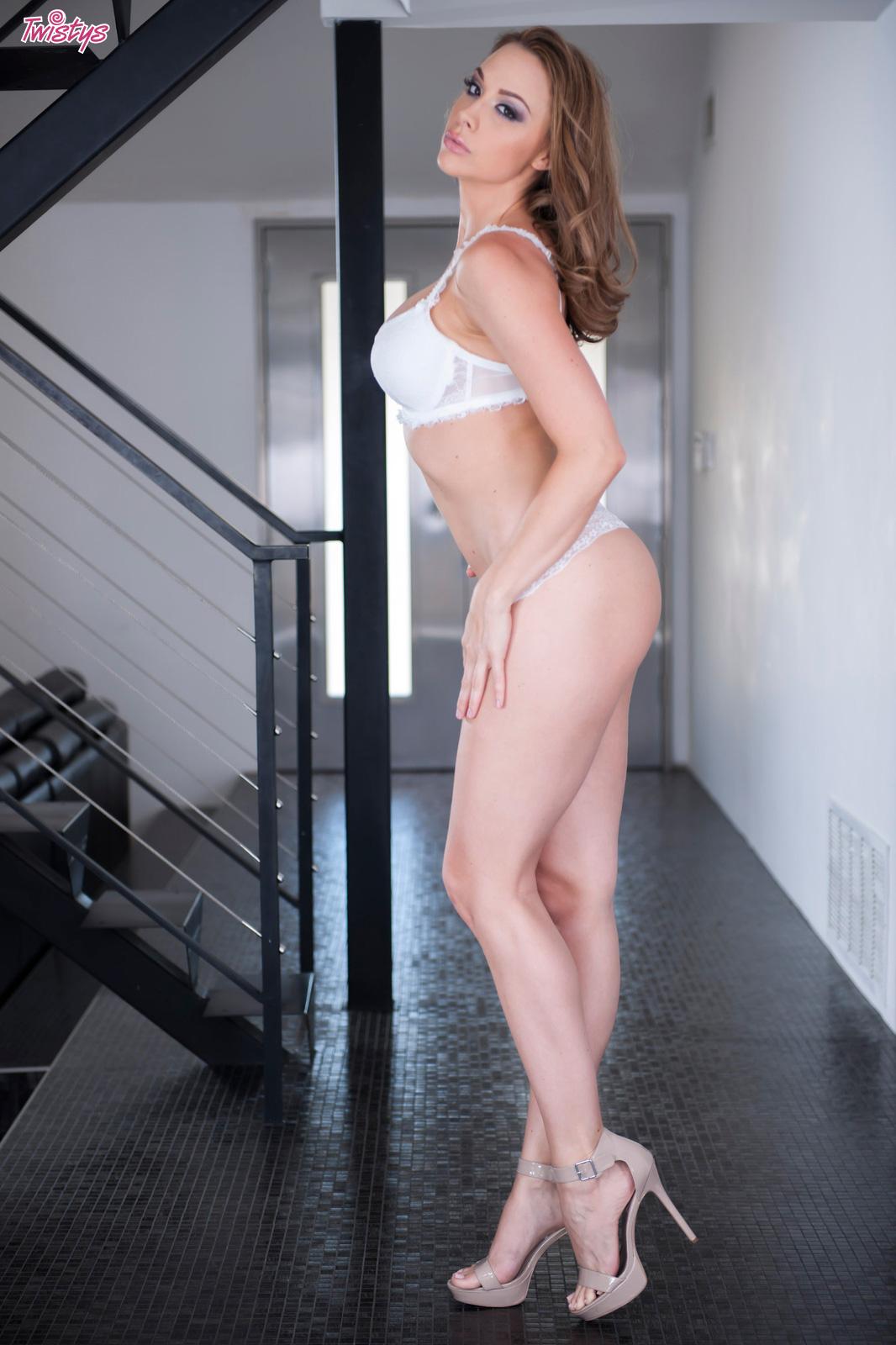 kinky brunette masturbates : nakedbigtitspics